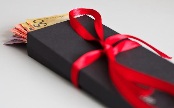Image d'un cadeau avec des dollars